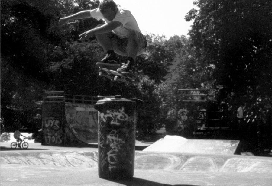 Rad photo of the early days in Fælledparken, Påske ollie over the trash. photo: unknown