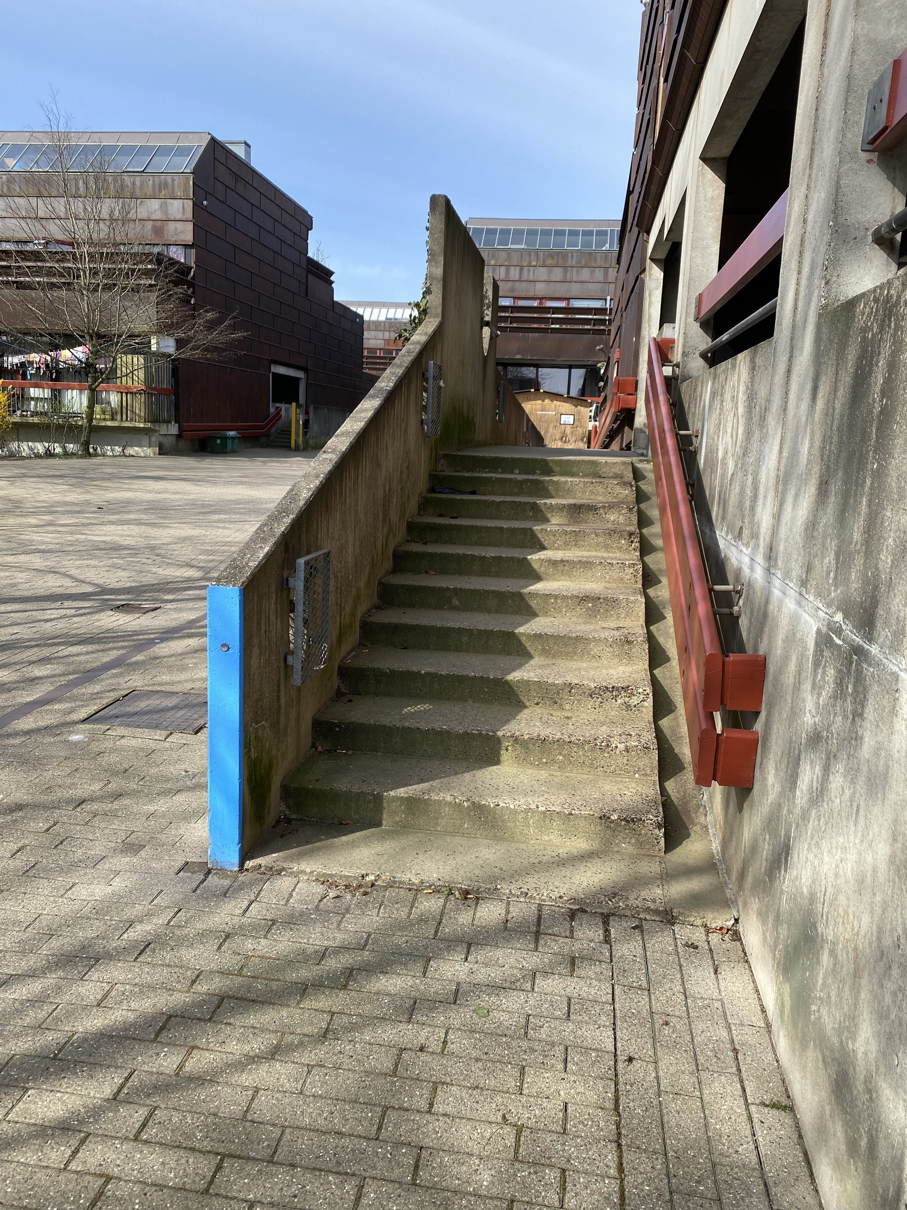 Then we went on strange skatemissions and spots check in farum. Jonas says hen can take this ledge